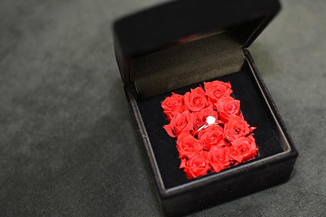 プリザーブドフラワーのバラが敷き詰められた数量限定のダーズンローズケース